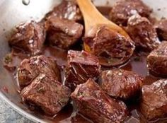 Beef Tips In Red Wine Sauce-2 c sirloin tips cut into 1 inch slices 2 tsp olive oil 1 yellow onion, diced 2 c mushrooms, sliced 1 garlic clove, crushed 1 Tbsp flour 1/2 tsp dried thyme 1/4 tsp pepper 1/3 tsp nutmeg 1/2 c dry red wine 1.5 c beef broth ( I am going to put in crock pot) 3 c egg noodles 2 Tbsp parsley