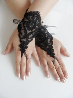 FREE SHIP---Wedding Gloves, Black lace gloves, Fingerless Gloves, bride, bridal gloves, Steampunk, gothic gloves, Victorian gloves