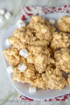 Easy No Bake Avalanche Cookies - just 4 ingredients and 5 minutes to make this cookie version of Rocky Mountain Chocolate Factory& Avalanche Bark! Jaggery Recipes, Fall Candy, No Bake Cookies, Yummy Food, Yummy Recipes, 4 Ingredients, No Bake Desserts, Rice Krispies