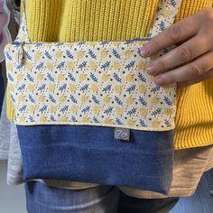 Recycler du jean, associé avec un biais en mailles dorés et un beau tissu. Et hop une petite série de sac iZe très sympa pour Noël. A retrouver sur la boutique ize-creationdeco.com Messenger Bag, Satchel, Boutique, Pouch, Fabric, Crossbody Bag, Boutiques, Backpacking, School Tote