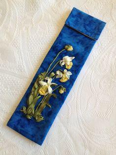Funda para agujas de ganchillo, elaborada con telas de patchwork y cintas de seda (se puede utilizar como funda para abanico) Funda forrada con solapa y cierre hermético, con un delicado bordado de florecillas, hecho a mano. Telas 100%. Medida aprox: 7 x 24 cm Precio 15€. Gastos de envío gratuitos a partir de 35€ http://www.telasytentaciones.com/es/inicio/nuestro-rincon-artesanal/con-hilos-y-agujas/funda-azul-para-agujas-de-ganchillo#sthash.AOm3XPOD.dpuf