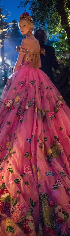 Rainie saved -Dolce&Gabbana Alta Moda Fall 2015 couture ~ looks like a Disney Princess. Only they are allowed to do a gown like that. Dior Couture, Couture Fashion, Beautiful Gowns, Beautiful Outfits, Maxi Floral, Moda Formal, Mode Glamour, Dream Dress, Look Fashion