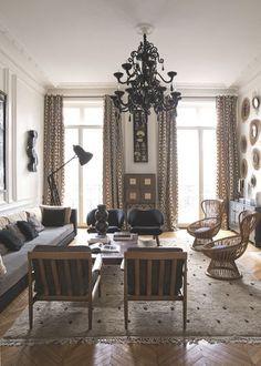 Le salon aux touches ethniques d'un appartement à Saint-Germain-des-prés. Plus de photos sur Côté Maison http://petitlien.fr/7ux7
