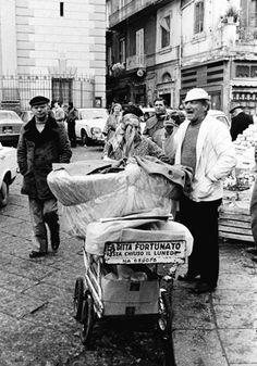 A business on wheels. Closing day on monday! La Napoli di Bellavista: in mostra le foto di Luciano De Crescenzo