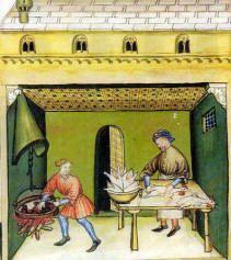 """11- cuisine médiévale au château de Cherveux. -§ CUISINE MEDIEVALE: Le gout des mets et celui des mots dans la littérature de la fin du Moyen-Age: du fait du péché de goula, il est malséant de se délecter de nourriture. Dans la littérature du Moyen Age, on le fait donc de manière détournée. """"La vie de St-Hareng"""" raconte l'histoire d'un saint, martyrisé de mille manières différentes : rôti, cuit à l'étouffée avec des pois etc."""