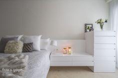 Dormitorio con cabezal y mesita a medida, diseño de Laura Yerpes