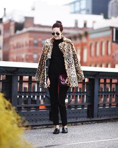 Back to London with many NYC pics to share  faltou postar o look do último dia do #camievictakeny! Amei essa foto no High Line  @hickduarte {de calça Miu Miu top Zara casaco H&M óculos Ray Ban sapato Tod's e bolsa Hermès vintage} by vicceridono