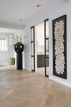 Moderne hal met houten vloer