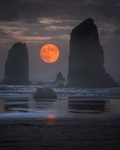 """modern-vibe: """" a_guy_named_eric Cannon Beach, Oregon """" Beautiful Landscapes, Beautiful Images, Cannon Beach Oregon, Image Nature, Nature Nature, Shoot The Moon, Moon Photography, Travel Photography, Good Night Moon"""