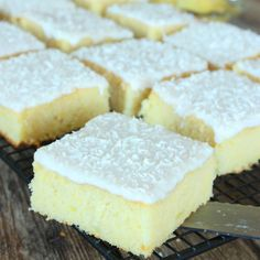 Ananaskaka med glasyr & kokos – Lindas Bakskola