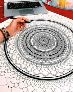 UK based artist Asmahan A. Mosleh (aka murderandrose) creates intricate colorful mandala designs finished with pearls of color and gold leaf paint. Mandala Doodle, Art Doodle, Mandala Drawing, Mandala Artwork, Mandala Painting, Dot Painting, Op Art, Zantangle Art, Doodle Patterns