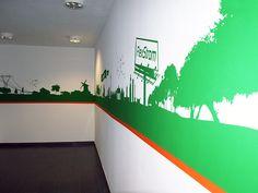 Es muss nicht immer Folie sein. Die Zugänge zu einem Tiefgaragendeck sollten ansprechend gestaltet werden. Eine spezielle Schablonenfolie wurde per Konturenschnitt vearbeitet und auf die Wände aufgetragen. Mit Dispersionsfarben wurden dann die Bereiche beschichtet, die die Schablonen frei ließen. Die Folie wurde entfernt und ein reizvolles sowie robustes Wandbild entsteht.