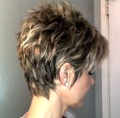 Best Pixie Haircuts for Over 50 2018 – 2019 - cr. Best Pixie Haircuts for Over 50 2018 – 2019 Pixie Haircut For Thick Hair, Funky Short Hair, Short Choppy Hair, Short Thin Hair, Short Grey Hair, Short Hair With Layers, Cute Hairstyles For Short Hair, Pixie Haircuts, Hair Cuts For Over 50