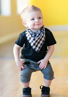 Ownnnn... Bandana amarrada no pescoço (essa é bandana mesmo, mas dá para imitar o look com aqueles babadores-bandana) e uma calça pescador transformam nosso menininho em alguém muito fashion! Amei!