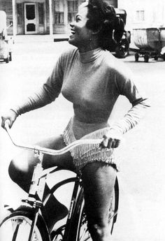 eartha kitt dance class Kitt took with James Dean! is part of Vintage black glamour - Vintage Black Glamour, Vintage Beauty, Foto Glamour, Photographie Portrait Inspiration, Sunday Inspiration, Black Actresses, Black Actors, Bicycle Girl, My Black Is Beautiful