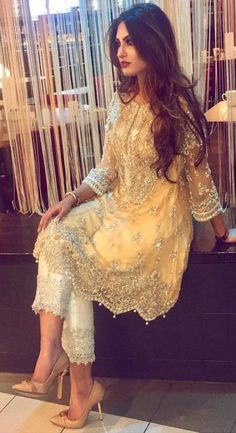 New Indian Bridal Mehndi Outfit 25 Ideas Pakistani Couture, Pakistani Dress Design, Pakistani Mehndi Dress, Indian Lengha, Trendy Dresses, Fashion Dresses, Dress Outfits, Fashion Styles, Trendy Fashion