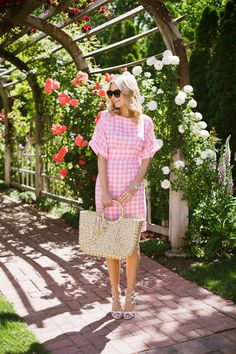 give me all of the gingham. and pink peonies - Glitter & Gingham Preppy Outfits, Casual Summer Outfits, Spring Outfits, Preppy Fashion, Preppy Clothes, Fashion 2017, Diy Fashion, Fall Fashion, Pink Gingham