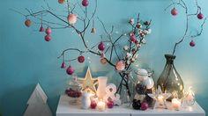 Gli spazi piccoli stimolano la fantasia: qui l'albero tradizionale è stato sostituito da un ramo, addobbato seguendo lo stile personale della padrona di casa.