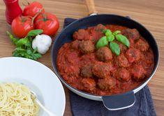 Lyxig italiensk vardagsmat, stora saftiga köttbullar i en smarrig tomatsås. En riktigklassisk Lady & Lufsen middag! Det är ju något alldeles speciellt med hemmagjorda köttbullar, de blir så goda. Det bästa är att du kan sätta din egen touch på dina köttbullar. Krydda dem med allt från finhackade sardeller, chili, parmesanost, rivet citronskal till timjan. De flesta kryddor funkar fint att ha i. 6 portioner italienska köttbullar i tomatsås Tomatsåsen: 1 lök 2 vitlöksklyftor 2 pkt krossad...