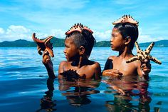 Palaoh boys playing with starfish. shot taken in Semporna, Sabah, Malaysia. Bajau People, The Things They Carried, Foto Art, Beach Bunny, Borneo, National Geographic Photos, The Great Outdoors, Amazing Photography, Portrait Photography