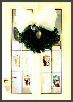 Een paar 'oude' ansichtkaarten in wintersfeer en een zelfgemaakte krans met tule strik (een simpele strokrans, dennentakken voor een paar euro en krammen!) kleden de deur van de hal gezellig aan in deze tijd van het jaar...