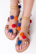 Beżowe sandały z pomponami z azteckimi wzorami