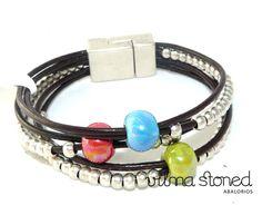 Pulsera varias vueltas con cuero de 1,5mm, piezas de metal y bolas de cerámica. www.abalorios.com