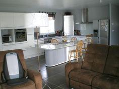 A 5 minutes de Clermont-l'Hérault et A 75. Sur une parcelle de 660m² villa de plain pied récente (2013) de 130 m² habitable composée: d'une belle pièce à vivre de 50m² avec une cuisine moderne et entièrement équipée donnant accès sur la terrasse avec une piscine 7x3,50. Les 4 chambres, dont une suite parentale avec placard, salle de bains (baignoire Balnéo), meuble double vasque, une autre salle d'eau (douche Italienne), meuble double vasque et WC. Un cellier et un autre WC avec…