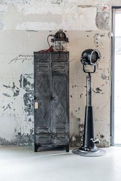 Give Your Rooms Some Spark With These Easy Vintage Industrial Furniture and Design Tips Do you love vintage industrial design and wish that you could turn your home-decorating visions into gorgeous reality? Urban Industrial, Industrial Living, Industrial Style, Wabi Sabi, Vintage Lockers, Metal Lockers, Magic Places, Industrial Design Furniture, Industrial Interiors