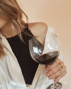 A big glass of red wine please Wine Photography, Photography Poses, Jennifer Jareau, Mode Poster, Blonde Aesthetic, Foto Casual, Insta Photo Ideas, Foto Pose, Ulzzang Girl