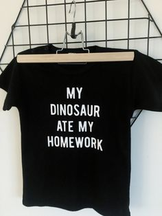 Shirt 'My dinosaur ate my homework'. Creation T Shirt, Scan And Cut, Silhouette Cameo Projects, Flocking, Dream Big, Homework, Cricut, Cute Outfits, Girly