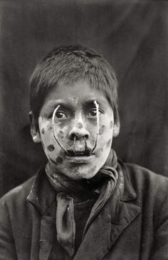 Yamana, 1919-1924 | A youth playing a game to scare women | Jeu pour effrayer les femmes. | Martin Gusinde
