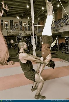 partner/acro yoga - perfect balance with base in chair pose and holding flyer's arms and flyer in handstand on base's knees/thigh. Aerial Gymnastics, Gymnastics Tricks, Acro Yoga Poses, Partner Yoga, Hot Yoga, Yoga Challenge, Yoga Meditation, Stunts, Yoga Inspiration