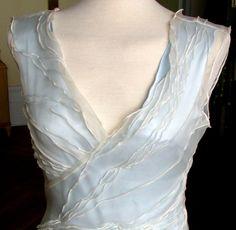 Brautkleid aus Seide  Dieses traumhafte Abendkleid besteht aus einem hellblauen Pongé- Seidenunterkleid und einem weißen Organzakleid.  Das hauchza...