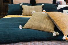 Linge de maison ethnique aux couleurs profondes par Harmony Textile - Linge de lit pompon