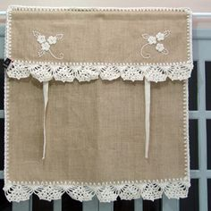 Cortina para varão (cozinha ou lavabo) 1 parte Medidas: altura x cm largura Bandô acoplado à cortina. No Sew Curtains, Crochet Curtains, Burlap Curtains, Rod Pocket Curtains, Curtains With Blinds, Burlap Projects, Burlap Crafts, Curtain Styles, Curtain Designs