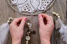 Récupérer dentelles et bijoux pour fabriquer un magnifique Capteur de Rêves!                                                                                                                                                                                 Plus