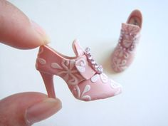 Mini pink shoes/Siv Marit my pin buddy email these adorable mini pink shoes to me.Thanks, Siv Marit / Dorothy JohnsonHandmade miniature shoes - polymer clay Source by ilserippa How super fun! She sells them on etsy!motleycraft-o-rama: By YingyingO on Etsy Polymer Clay Kunst, Polymer Clay Miniatures, Fimo Clay, Polymer Clay Projects, Polymer Clay Charms, Polymer Clay Creations, Barbie Shoes, Doll Shoes, Barbie Dolls