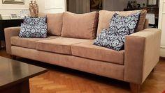 Sofá cubo 230x90 tapizado en Panne gamuza, con asiento de placa soft y patas de madera.