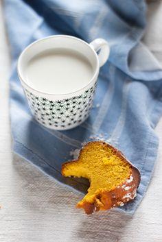 Un ciambellone alla zucca perfetto per la prima colazione, scaldato dalla noce moscata e perfetto per essere accompagnato da una tazza di latte caldo.