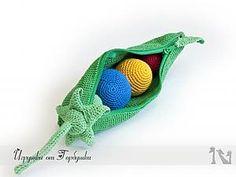 Что нам понадобится: 1. Нитки хлопковые Ирис 5-6 цветов на Ваше усмотрение (я выбирала основные цвета для изучения –красный, желтый, синий, зеленый) 2. Молния 20-25 см – 1шт 3. Липкая лента (липучка) шириной 2 см и длиной около 15-20 см – 1шт 4. Крючок для вязания №1 и №1,5 (или1,6)