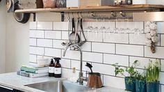 10 crédences de cuisine qui nous inspirent New Kitchen, Kitchen Decor, Kitchen Wood, Black Kitchens, Modern Decor, Track Lighting, Sweet Home, Sink, House Design