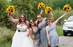 Eine Sonnenblumen Hochzeit, die trotz Regenwetter Freude verbreitet - so toll passen Sonnenblumen zur Hochzeit... | Fotos | Ideen | Beispiele Fotos: © Black Lamb Photography