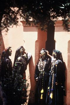 Africa | Traditional dress from Morocco | via le Guide du Maroc