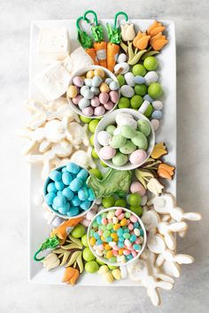 How to Host a Charming Easter Brunch - Sugar and Charm Sugar and Charm Hosting an Easter brunch? Check out our favorite recipes, drinks, decor and charming ideas for hosting a fabulous Easter brunch! Easter Candy, Hoppy Easter, Easter Treats, Easter Food, Easter Decor, Easter Centerpiece, Easter Gift, Easter 2020, Easter Parade
