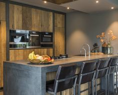 Eiken keuken van RestyleXL als u voor een originele eiken keuken gaat House Plants Decor, Plant Decor, Kitchen Confidential, Kitchen Island With Seating, Cuisines Design, Interior Design Kitchen, Chair Design, Sweet Home, House Design