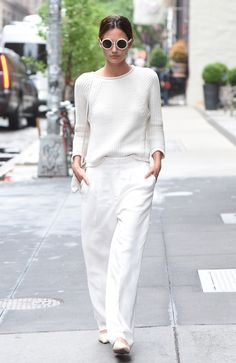 White Hot Outfits For Fall I love an all white outfit. I mean it's living on the edge. All white outfits always look super chic or extra cool. Wear white all year round. Style Désinvolte Chic, Street Style Chic, Chic Chic, Casual Chic Style, My Style, Curvy Style, White Pants Outfit, All White Outfit, Fashion Pants