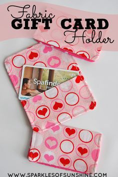 Do you want to add a personal touch to an ordinary gift card? Making a simple fabric gift card holder will give your gift the special touch it needs! gift bag Fabric Gift Card Holder - Sparkles of Sunshine Easy Sewing Projects, Sewing Hacks, Sewing Crafts, Craft Tutorials, Sewing Tips, Sewing Tutorials, Fabric Cards, Fabric Gifts, Sew Gifts