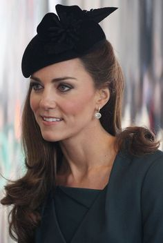 Kate Middleton Long Curls - The Duchess of Cambridge sported her signature coiffed curls to view the unveiling of her official royal portrait. Royal Fashion, Look Fashion, Fashion Photo, Fashion Tag, Fashion News, Kate Middleton Photos, Kate Middleton Style, Prince William And Kate, William Kate