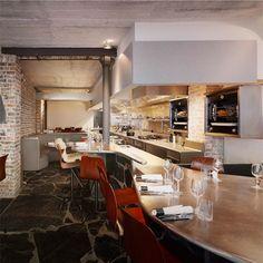 Au 3 rue de Prague dans le douzième arrondissement de Paris, N e M Architectes, l'agence de Lucie Niney et Thibault Marca, vient de réaliser l'aménagement intérieur de Table, le restaurant du gastronome et écrivain Bruno Verjus. Faisant écho au nom de l'établissement, l'élément central du lieu est une table monumentale et sinueuse qui partitionne et sculpte l'espace.
